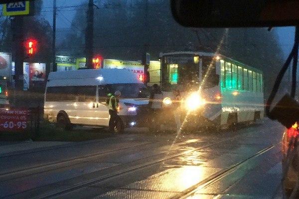 В Смоленске столкнулись трамвай и маршрутка