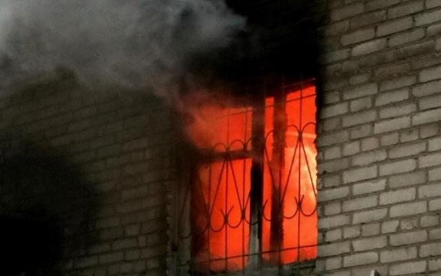 При пожаре в Смоленской области пострадали два человека