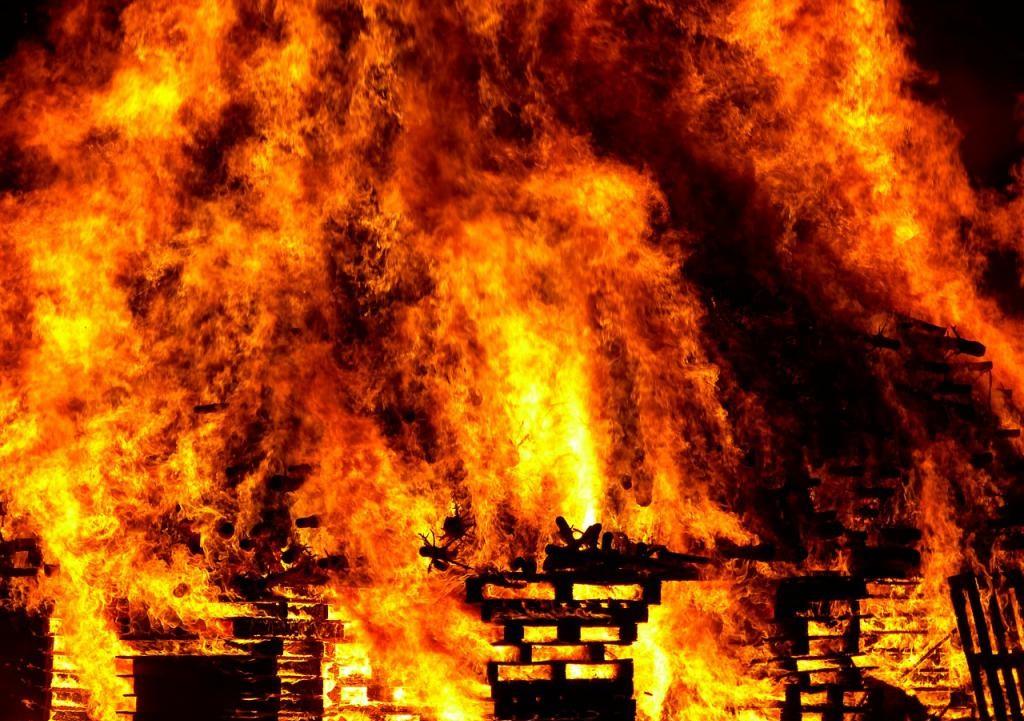 В Смоленске полыхал огнем торговый павильон