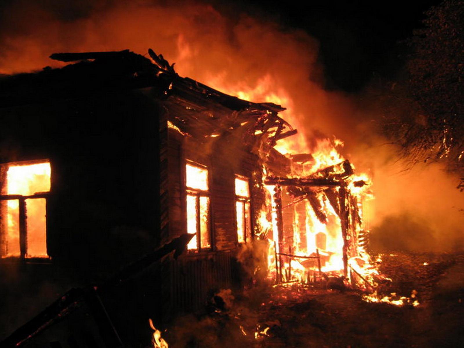 В Смоленской области деревенские жители самостоятельно тушили жилой дом