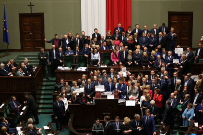 В Варшаве протестующие заблокировали выходы из парламента