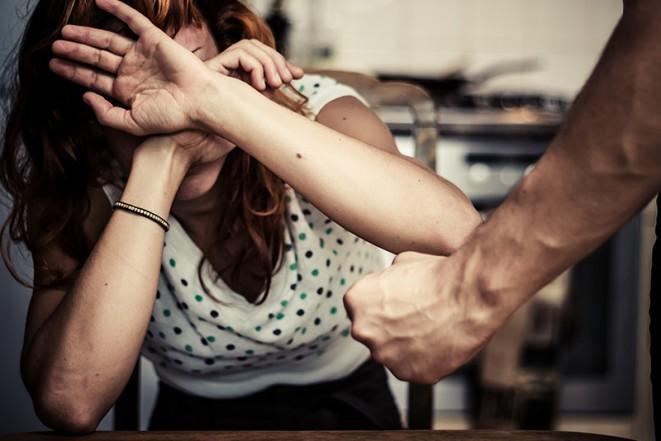 В Дорогобужском районе муж пытался задушить жену