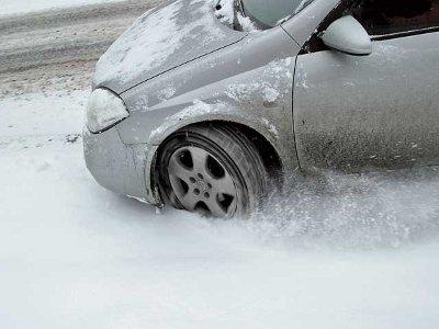 Снежные завалы в Смоленске затрудняют проезд машинам