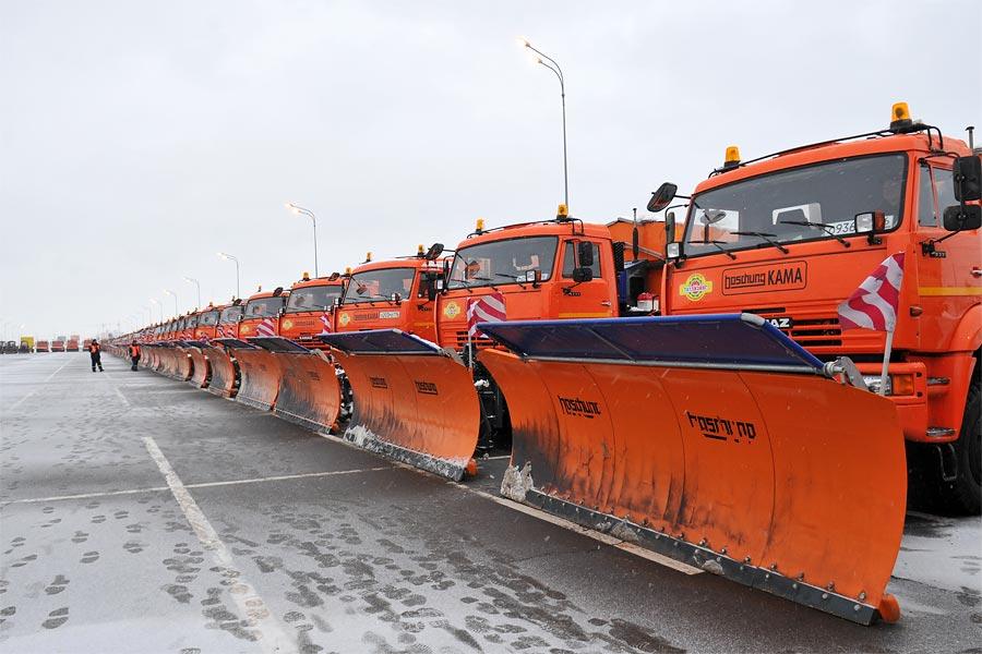 Снежные завалы в Смоленске расчищают 34 машины спецтехники