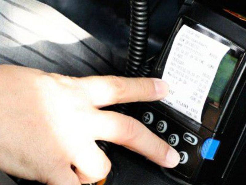 Пьяный житель Брянска украл у смоленского таксиста таксометр