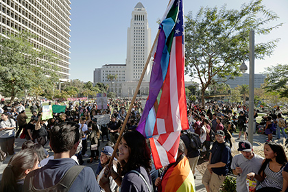 В Калифорнии прошел марш протеста перед голосованием выборщиков