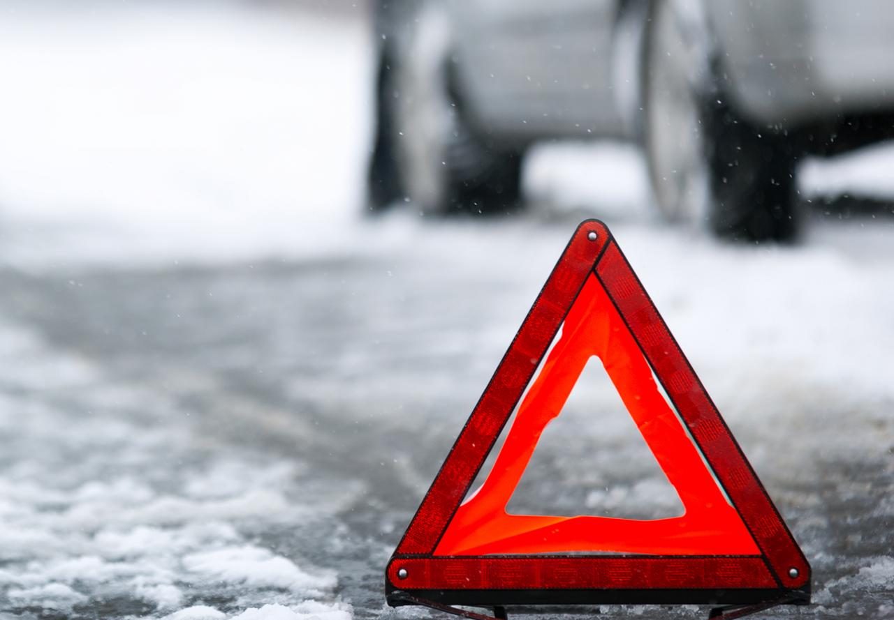 В Смоленске автомобиль такси протаранил столб