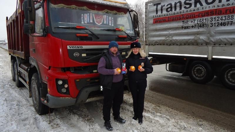 В Смоленске сотрудники ГИБДД вручали водителям апельсины