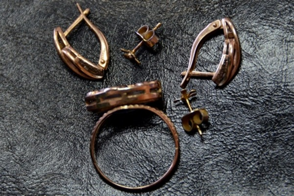 В Десногорске 31-летняя женщина украла ювелирные украшения у подруги
