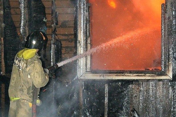 В Смоленской области в огне пожара пострадал хозяин бревенчатого дома