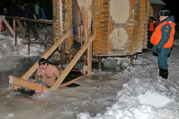В Смоленской области в Крещенских купаниях приняли участие больше десяти тысяч человек