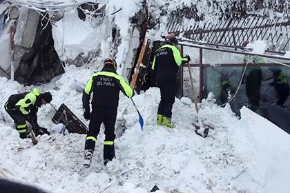 В погребенном под лавиной итальянском отеле нашли выживших
