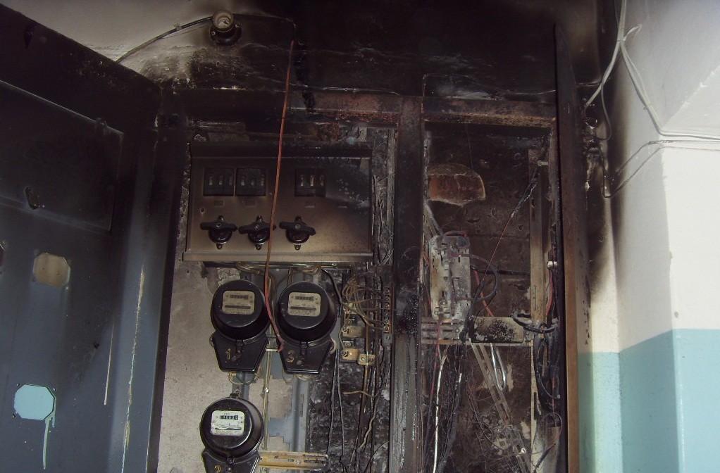 В жилом доме в Смоленске «замкнуло» электрощиток