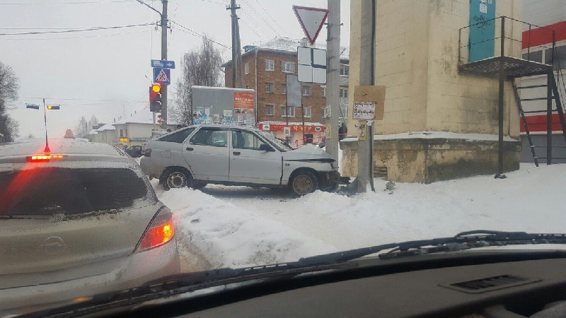 В Рославле автомобиль разбил «лицо» о столб
