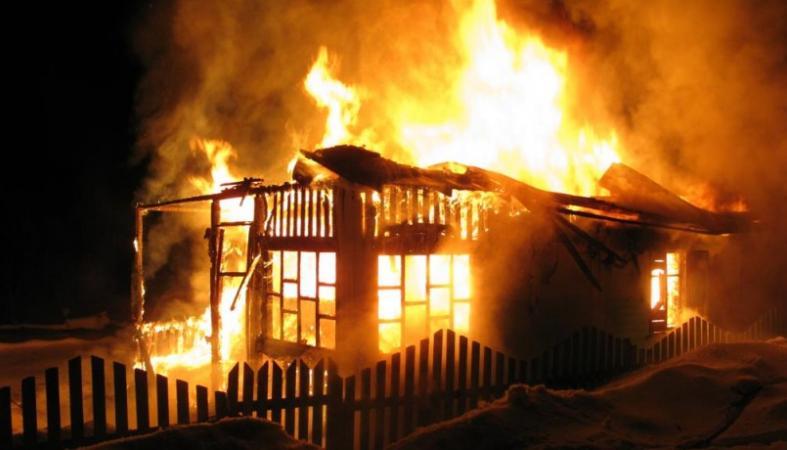 Двое мужчин погибли при пожаре в дачном доме в Смоленске