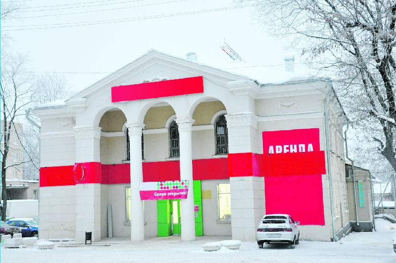 Руководство магазина незаконно изменило фасад бывшего дома культуры в Смоленске