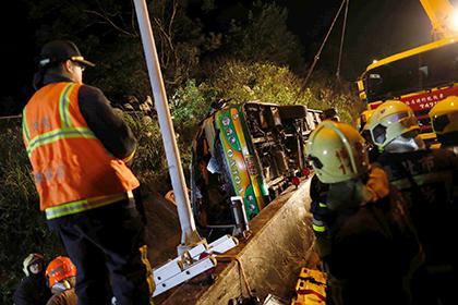 Почти 30 человек погибли в опрокинувшемся автобусе в Тайване