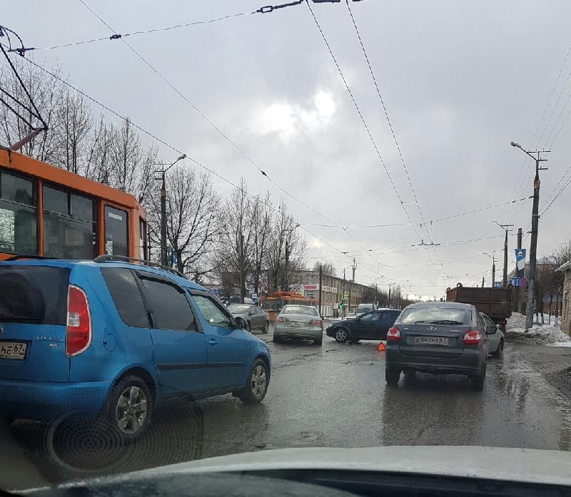 В Смоленске из-за ДТП на улице Шевченко парализовано движение трамваев