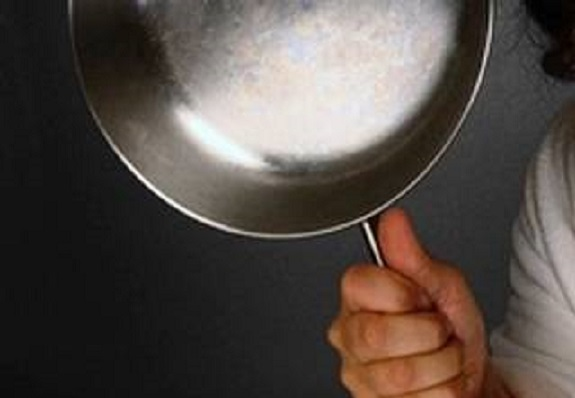 Смолянин ударил тёщу сковородкой по голове