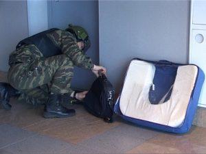 В Смоленске полиции пришлось перекрывать движение по улице Большая Советская из-за забытого на крыльце чемодана