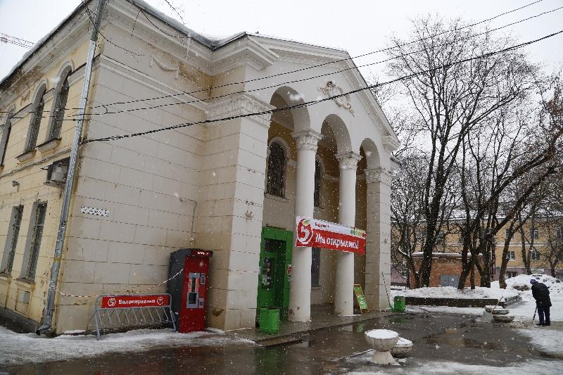 Супермаркет вернул баннер на здание ДК глухих в Смоленске