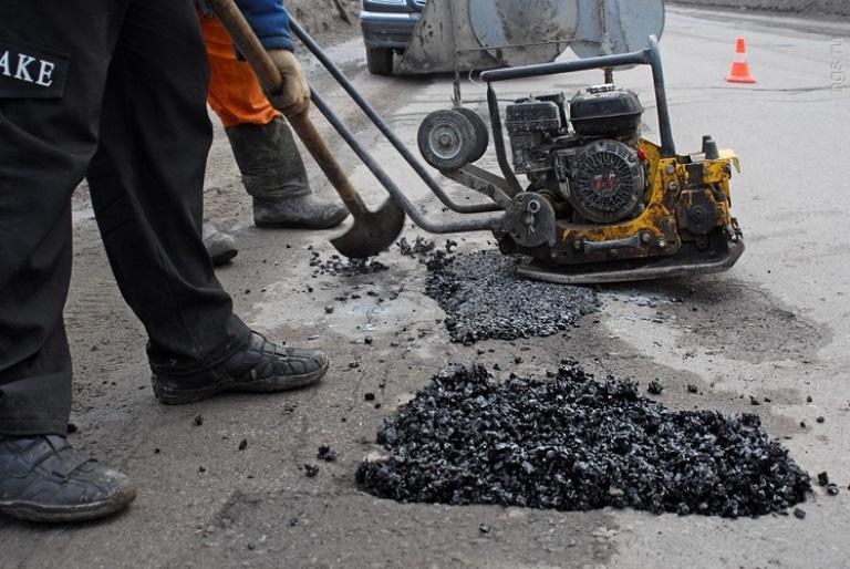 В Смоленске проводят ямочный ремонт двух улиц