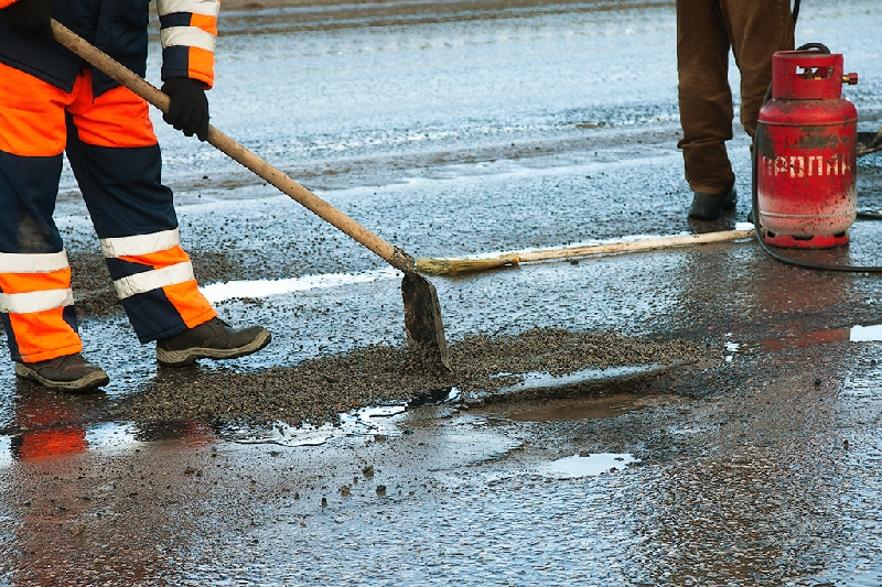 В Смоленске продолжается ямочный ремонт дорог
