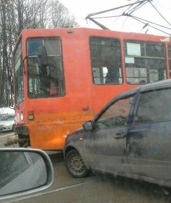 В Смоленске напротив Костела легковушка протаранила трамвай