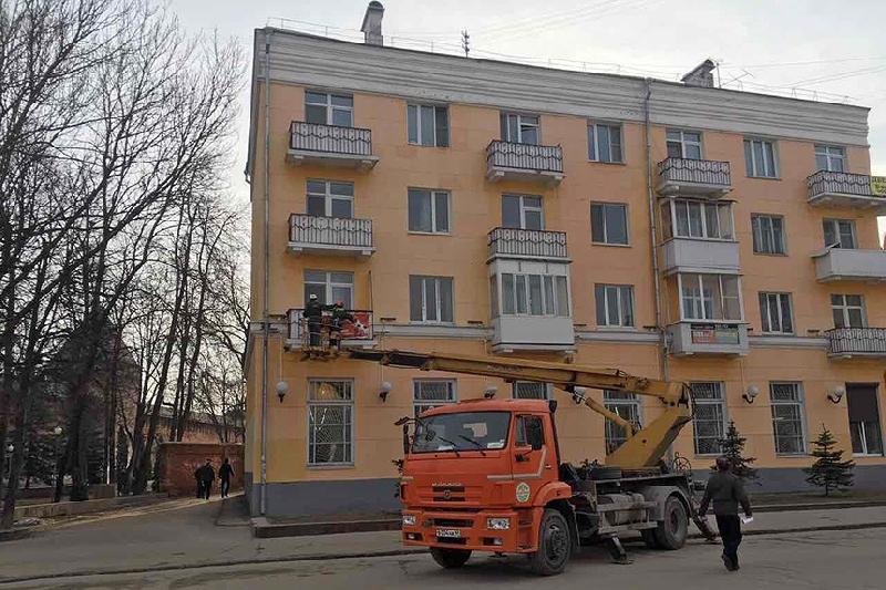 В Смоленске дом на улице Дзержинского освободили от незаконной рекламы