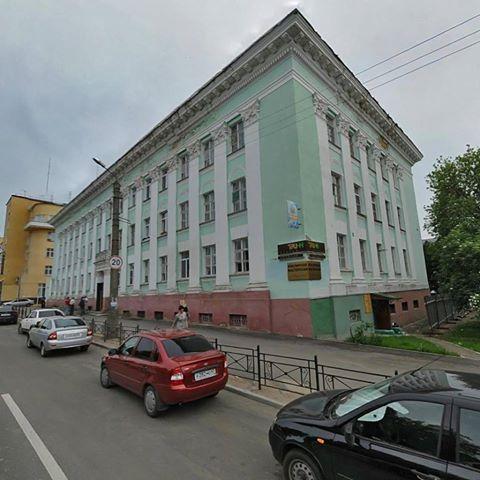 В центре Смоленска со здания упал кусок лепнины