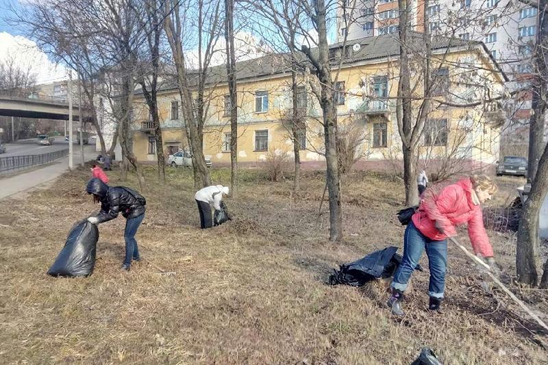 Смоленские чиновники провели субботник в Заднепровье