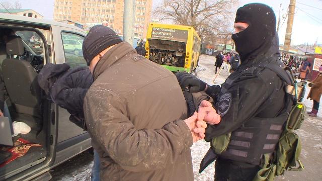 Полицейские задержали троих смолян, вымогавших деньги у торговцев на рынке на площади Желябова