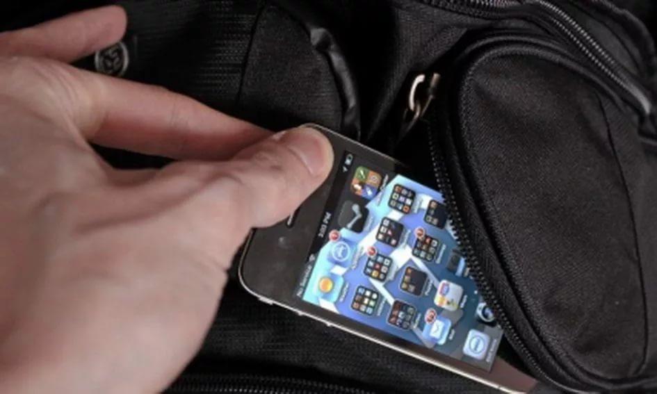 Посетитель одного из смоленских баров лишился мобильного телефона, оставив вещи без присмотра