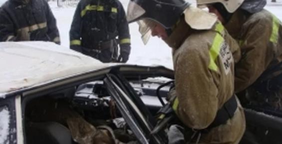 В Смоленской области после ДТП троих мужчин зажало в машине