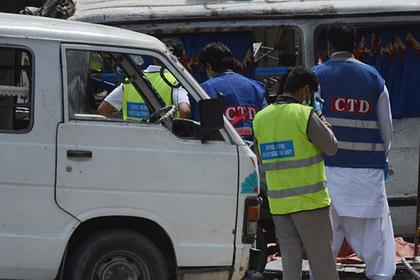 В результате взрыва микроавтобуса в Пакистане погибли 13 человек