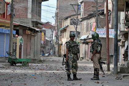 В Кашмире боевики напали на индийскую военную базу