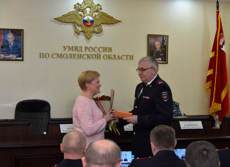 В Смоленске наградили женщину, вычислившую фальшивомонетчиков