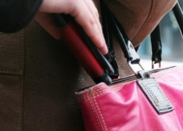 Полицейские задержали карманницу, укравшую телефон у смолянки