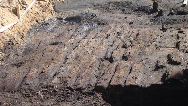 На Соборном холме в Вязьме нашли деревянную мостовую XVII века