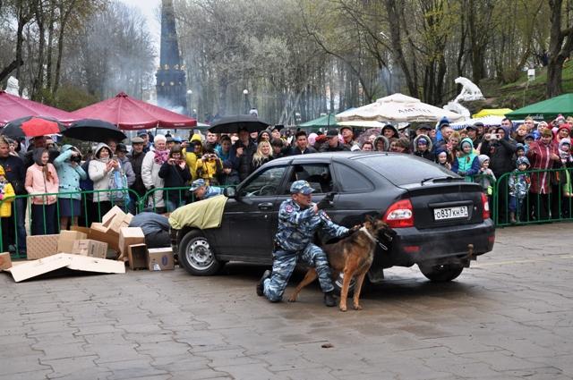 В Смоленске сотрудники полиции подарили горожанам праздничное выступление