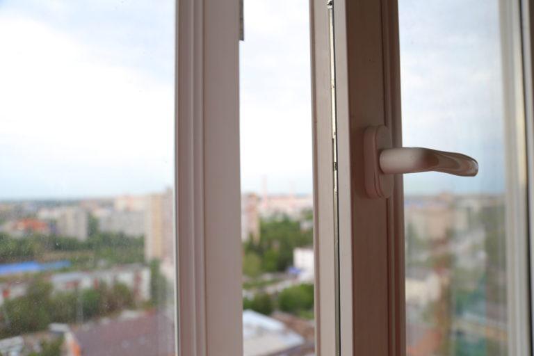 В Смоленске 3-летний мальчик погиб, выпав из окна пятого этажа
