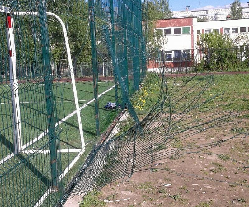 Глава Смоленска велел восстановить разрушенную ограду школьного стадиона