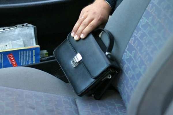 Смолянин лишился 150 тысяч рублей, оставленных в незапертой машине