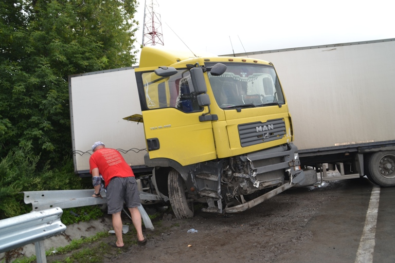 В Смоленской области на трассе М1 столкнулись фуры: пострадал человек