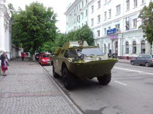 В Смоленске молодожены приехали в ЗАГС на броневике
