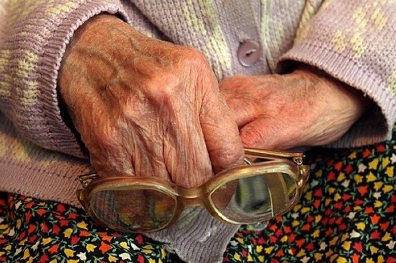 В Смоленске «соцработник» обокрала 82-летнюю пенсионерку