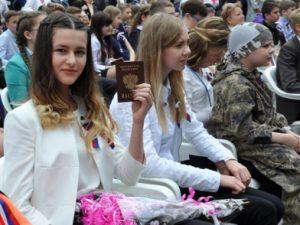 В День России 77 смоленским школьникам торжественно вручили паспорта