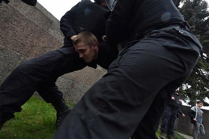 Из-за выбитого у полицейского на акции в Петербурге зуба возбудили дело