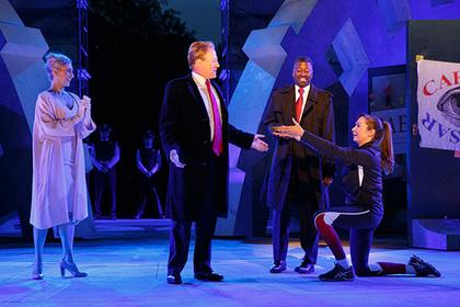 Театр в США потерял спонсоров из-за постановки с похожим на Трампа Цезарем