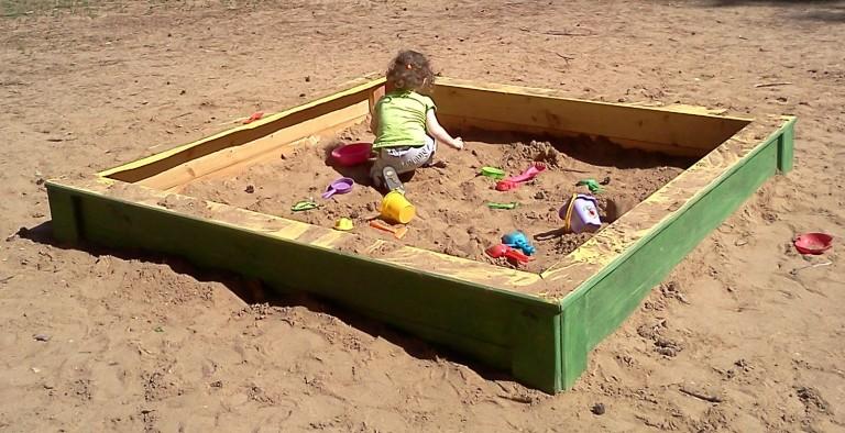 В Смоленске в 70% детских площадок заменили песок